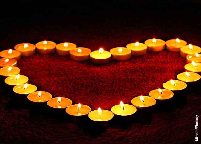Foto de velas formando un corazón que revelan el significado de la llama de las velas