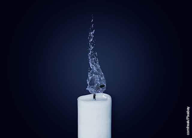 Foto de una vela apagada soltando humo