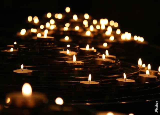 Foto de varias velas encendidas que muestran el significado de la llama de las velas