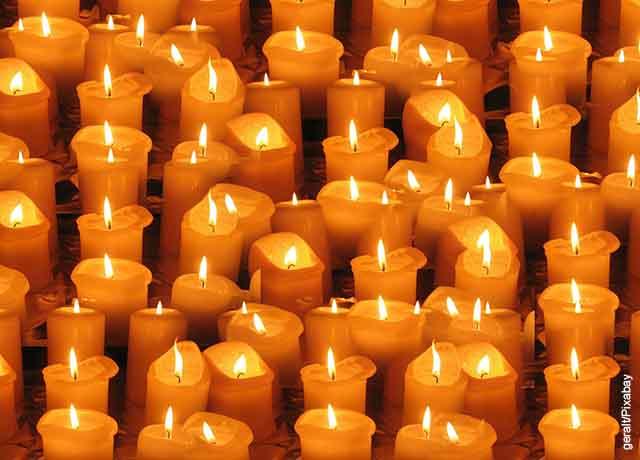 Foto de velas anaranjadas prendidas