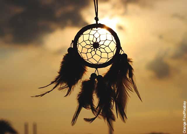 Foto de un atrapasueños colgado al aire libre que muestra el significado de las plumas