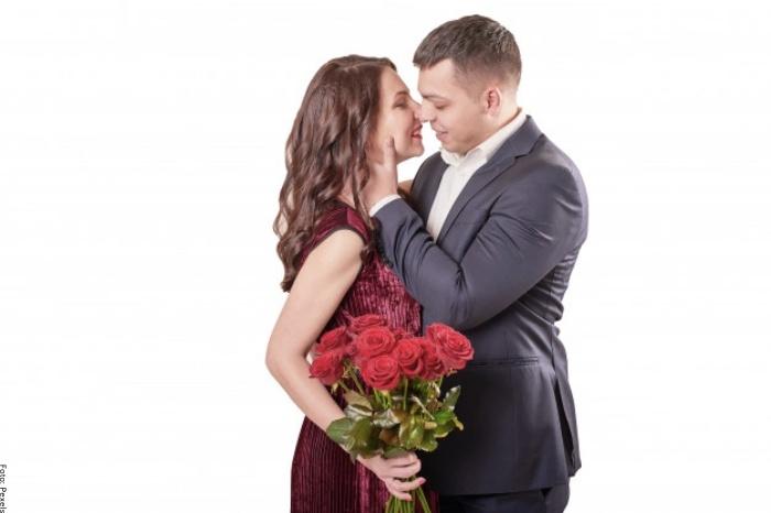 Foto de pareja con rosas rojas