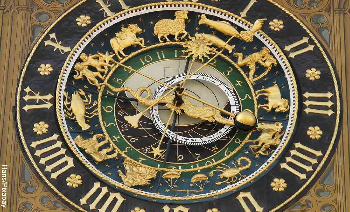 Foto de un reloj astral que revela el significado de los signos zodiacales