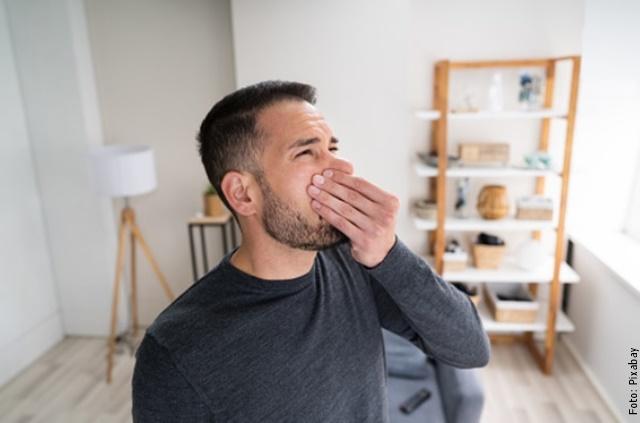 foto de hombre con olor feo