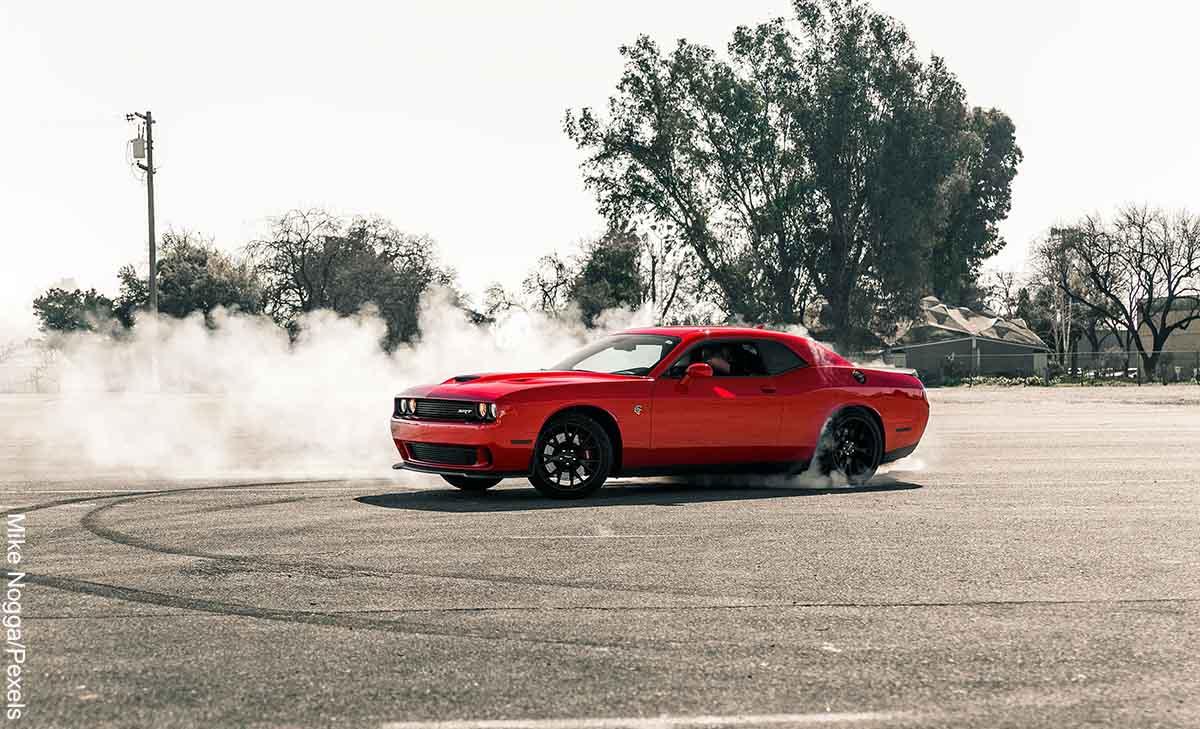 Foto de un carro haciendo figuras sobre el cemento que muestra los que es soñar con accidente de carro