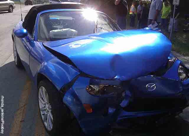 Foto de un vehículo azul estrellado