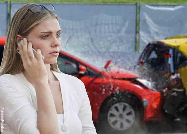Foto de una mujer hablando por teléfono que muestra lo que es soñar con accidente de carro