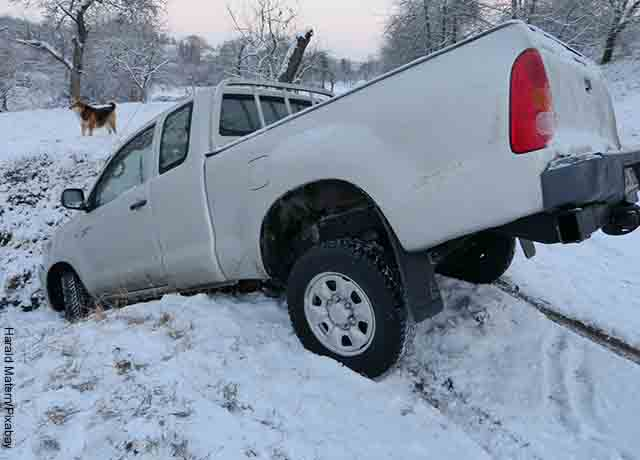 Foto de una camioneta enterrada en la nieve