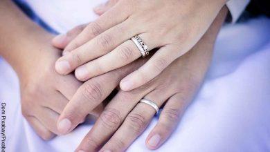 Foto de dos manos entrelazadas que muestran soñar con un anillo de compromiso