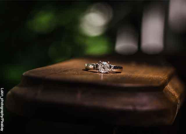 Foto de un anillo de diamante sobre una mesa