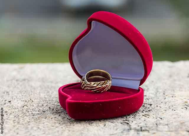 Foto de dos anillos dentro de un cofre de corazón
