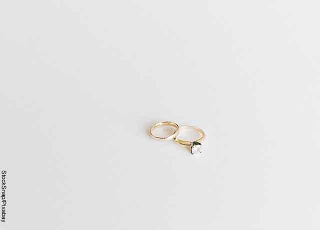 Foto de dos anillos sobre una mesa que revelan lo que es soñar con anillo de compromiso