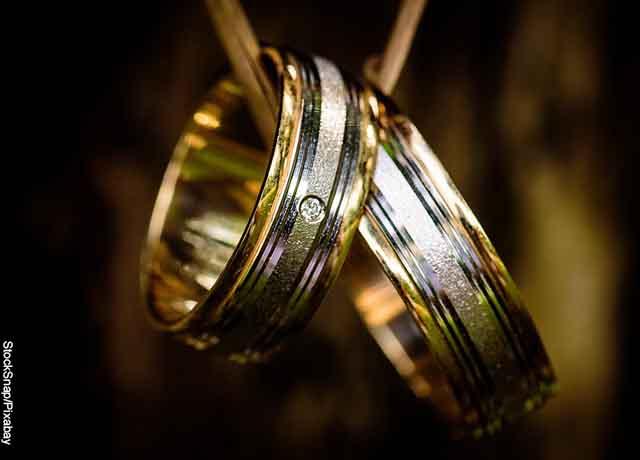Foto de dos anillos de oro