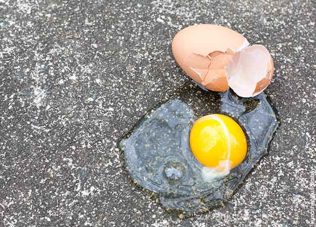 Foto de un huevo roto en el cemento