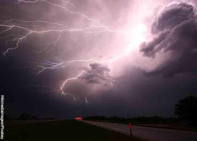 Foto de truenos en el cielo que muestra lo que es soñar con lluvia fuerte
