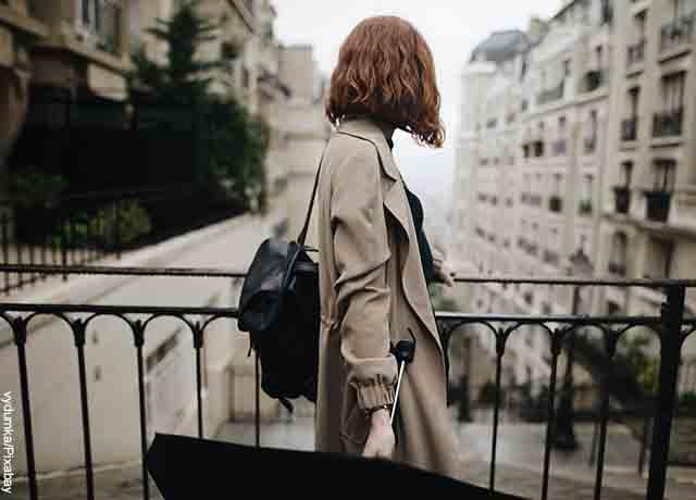 Foto de una mujer con una sombrilla en la mano