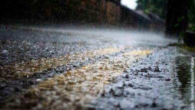 Foto de una vía inundada que revela lo que es soñar con lluvia fuerte