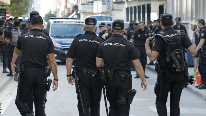 Foto de policías caminando