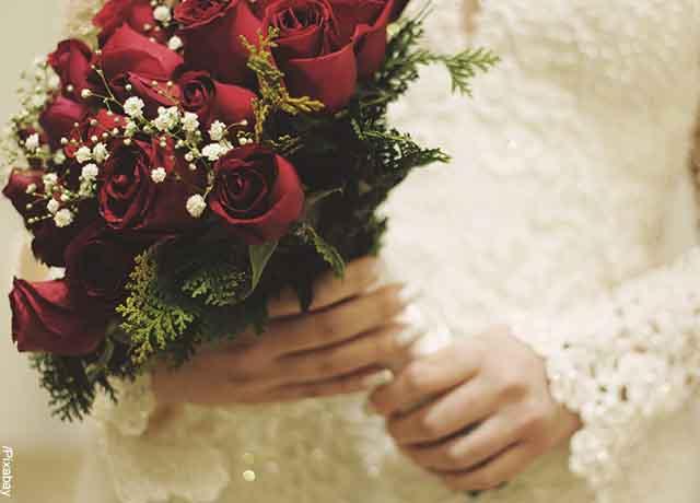 Foto de una novia con un ramo de rosas que revela que muestra lo que es soñar con rosas rojas