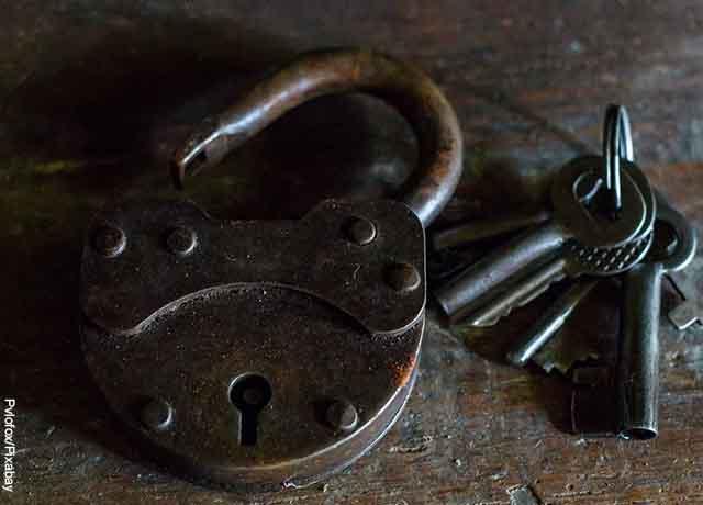 Foto de un candado y llaves que revela soñar con un secuestro