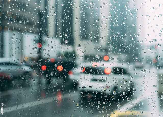 Foto de la ventana de un carro con gotas de agua