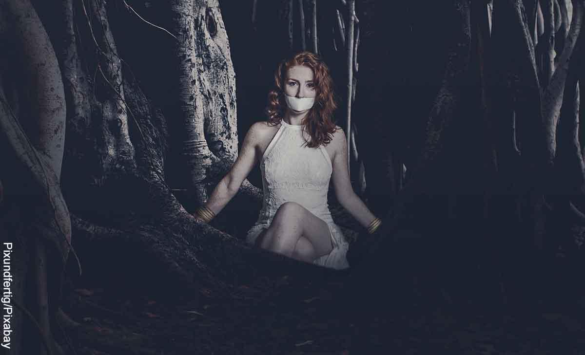Foto de una mujer con la boca vendada que revela lo que es soñar con secuestro