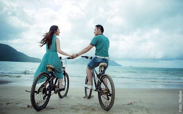 foto de pareja en bicicleta