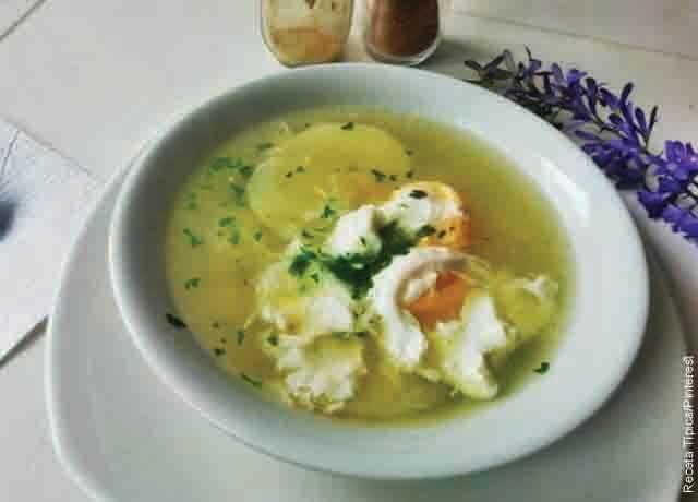 Foto de un caldo de huevo servido en un plato