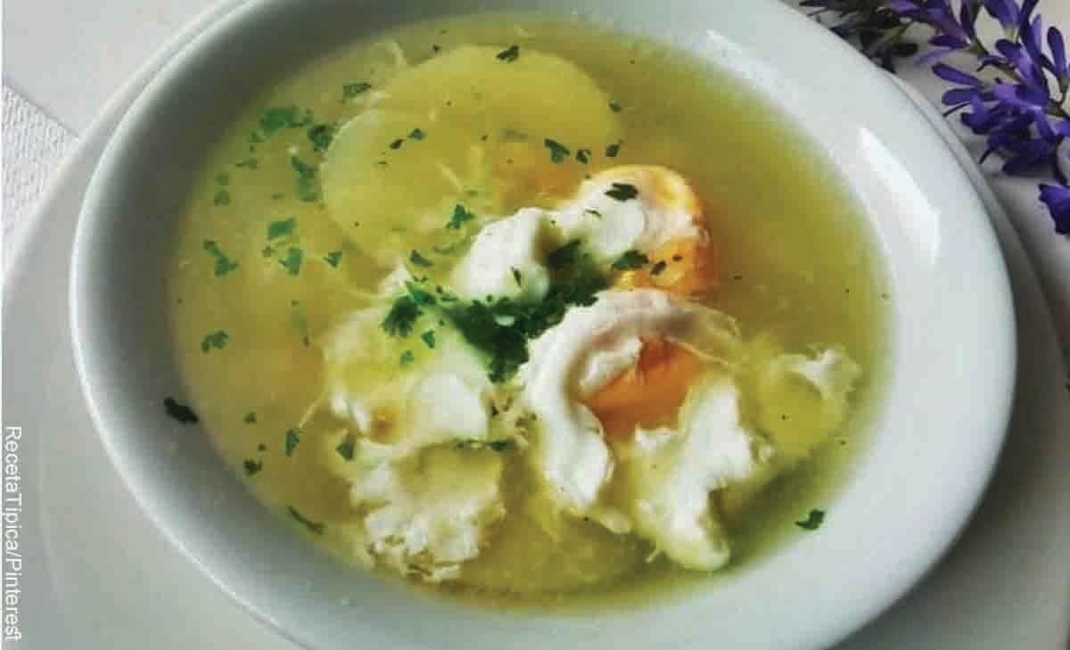 Foto de un caldo con papa en un plato blanco y que revela cómo hacer caldo de huevo