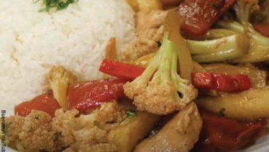 Foto de un plato de coliflor, pollo y verduras que revela cómo hacer coliflor