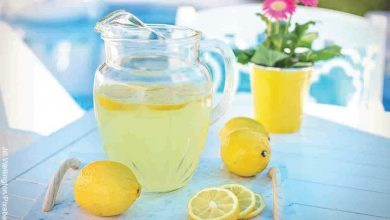 Foto de una jarra de jugo de limón sobre una mesa que revela cómo hacer limonada
