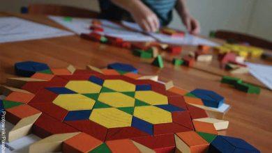 Foto de un niño armando una figura que muestra cómo hacer un tangram