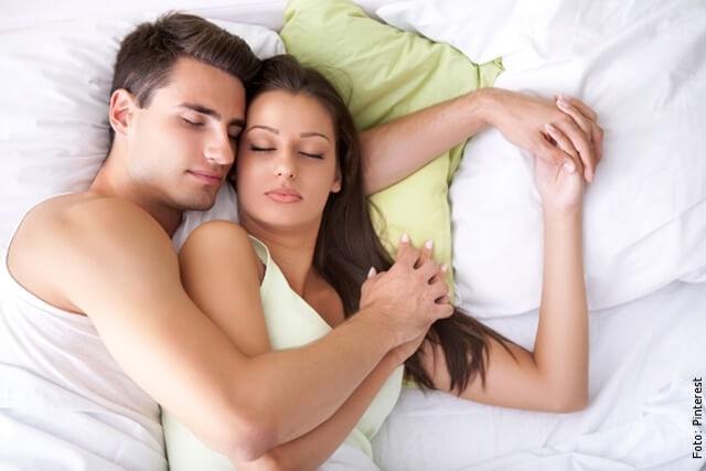 foto de pareja durmiendo