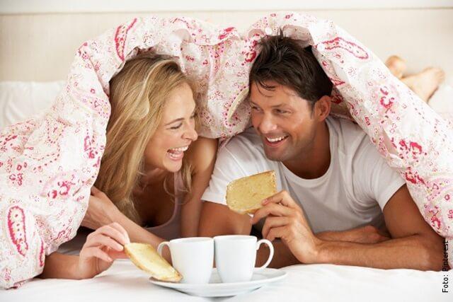 foto de pareja desayunando