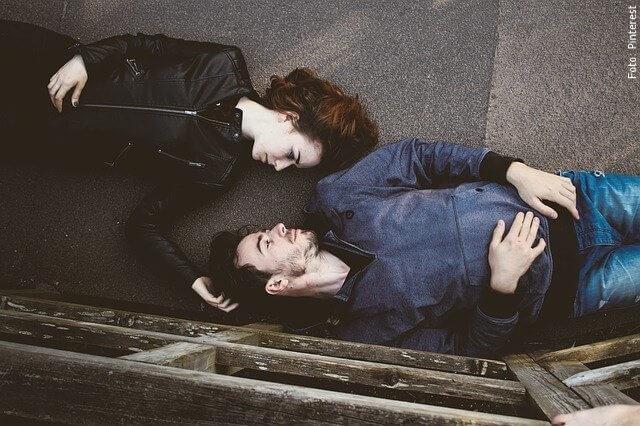 foto de pareja acostada