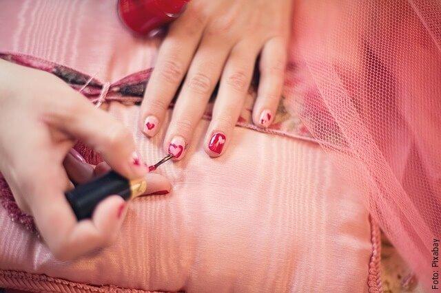 foto pintando uñas