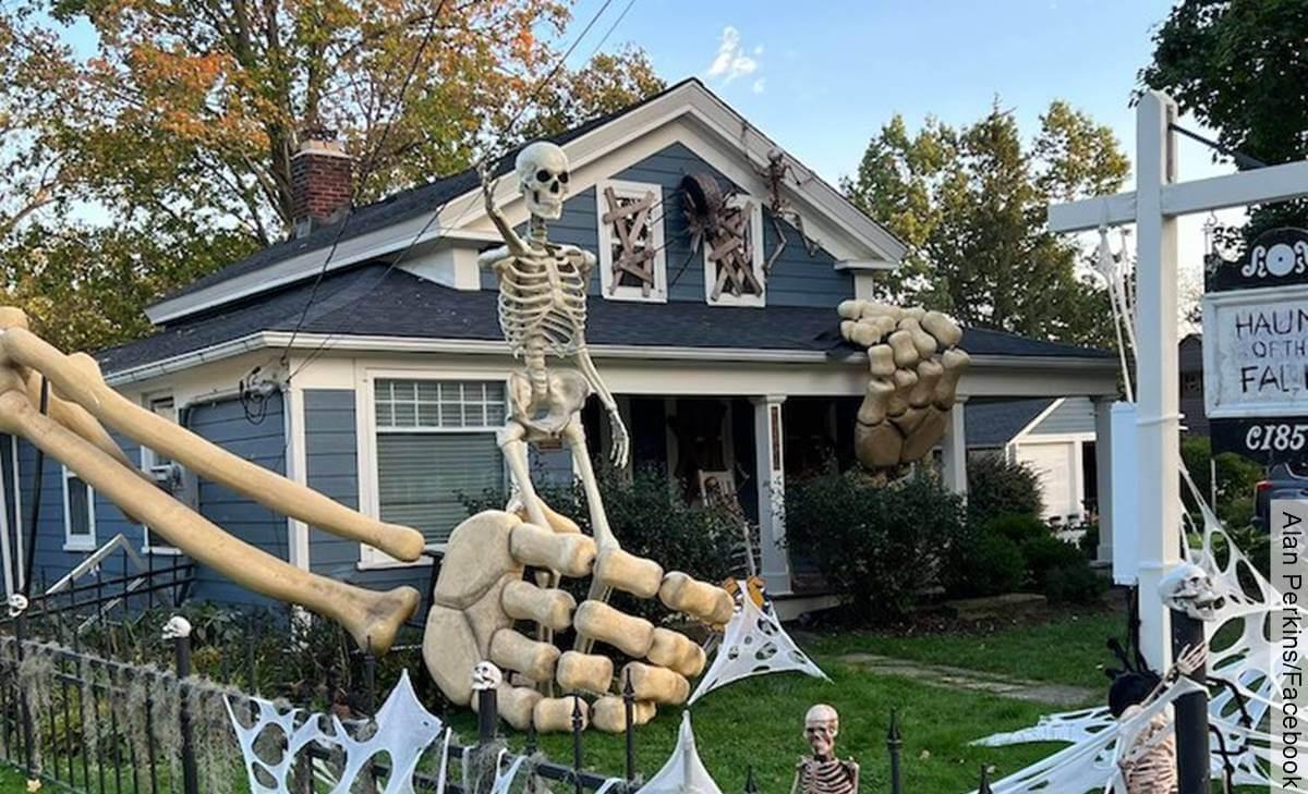 Hombre creó un esqueleto gigante en Halloween para adornar su casa