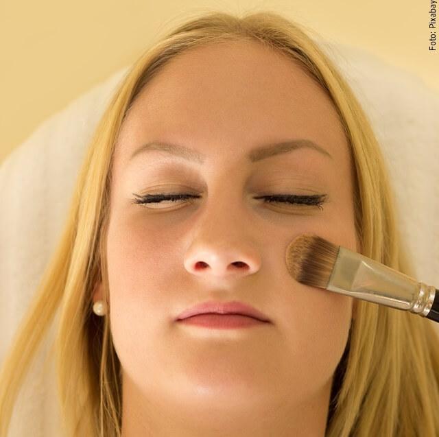 foto de mujer limpiando su cara
