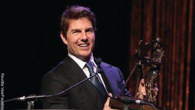 Foto del actor Tom Cruise con un premio en las manos