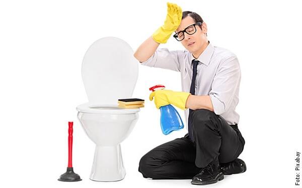 foto de hombre lavando baño