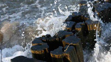 Foto de un muelle al que lo golpea el agua que muestra lo que es soñar con río crecido